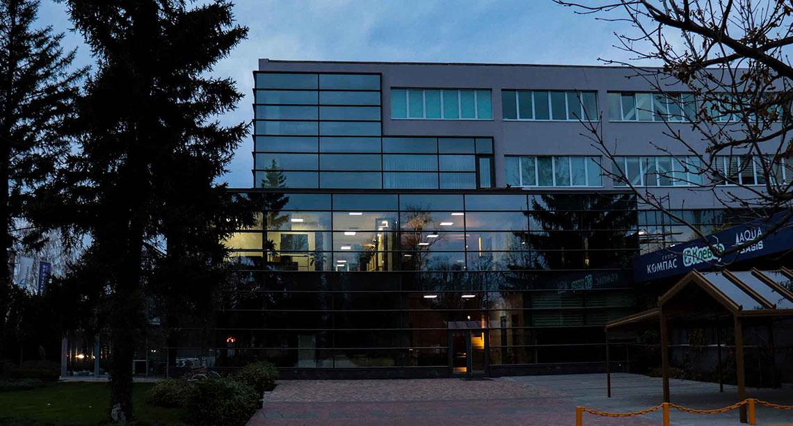 Ночной вид офиса компании Клевер