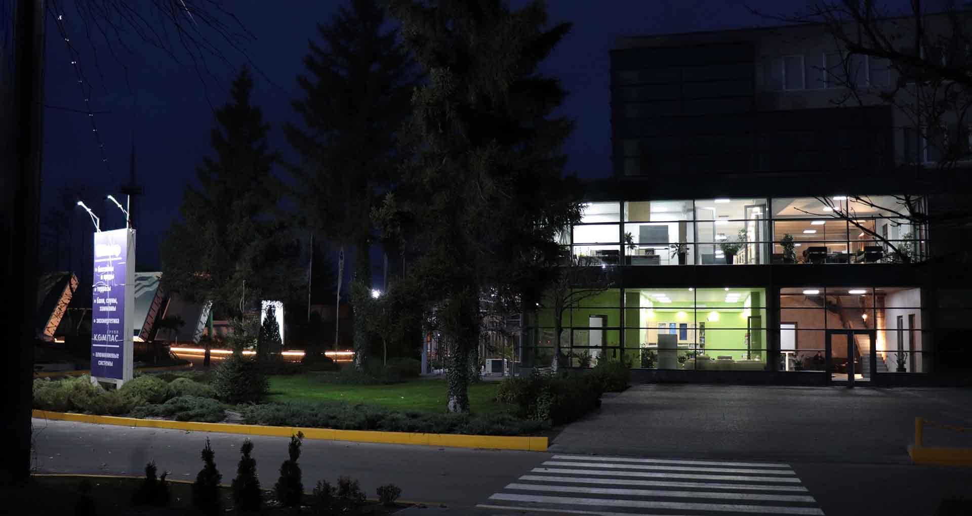 Ночной вид офиса компании Клевер c с подсветкой