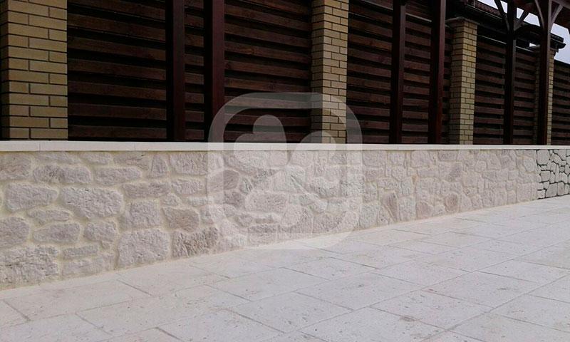 Пол и стены выполнены из камня светло-кремового цвета