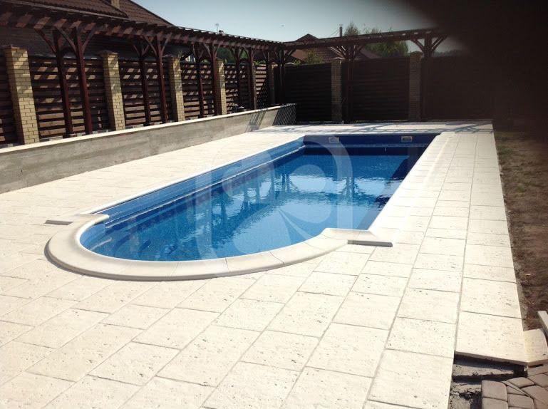 Общий вид бассейна с облицовкой зоны отдыха камнем Pierra
